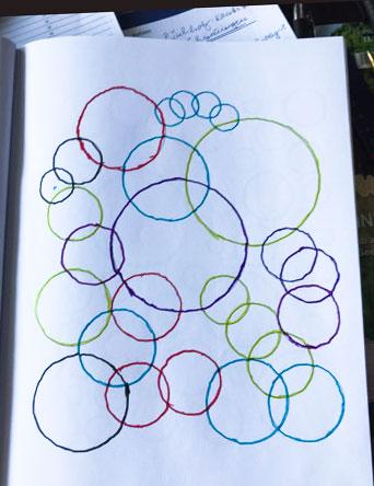Einfach Kreise im Malbuch für Senioren bunt angemalt